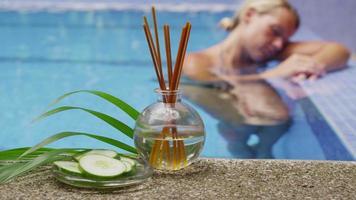 la donna si rilassa alla spa tropicale. video