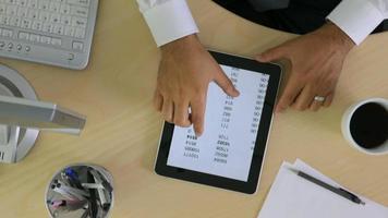 photo aérienne d'un homme d'affaires utilisant une tablette numérique video