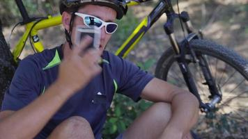 Gros plan du vététiste parlant au téléphone portable video
