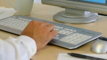 tir de timelapse d'homme d'affaires tapant sur le clavier au bureau video
