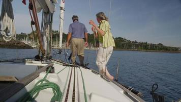 seniorpar på segelbåt tillsammans. video