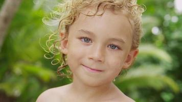 porträtt av ung pojke med tropisk bakgrund, costa rica. video