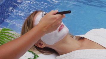 la donna alla spa ottiene la maschera facciale. video