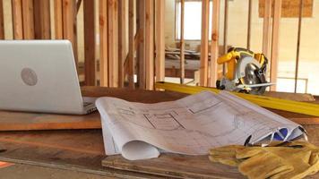 planos de la casa y herramientas en el sitio de construcción video