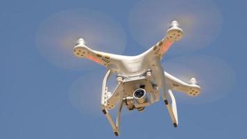 drone volant contre le ciel bleu video