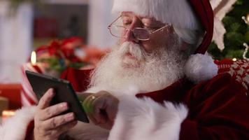 jultomten med digital surfplatta, närbild video