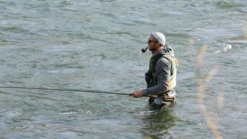 homem pesca com mosca no rio video