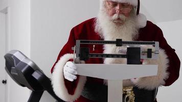 jultomten ser på vikten i skala video