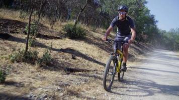 man rijden mountainbike op onverharde weg video