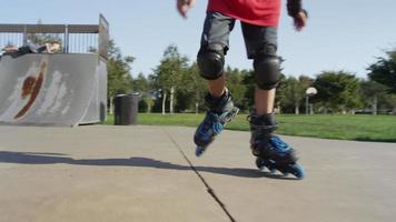 jongen skaten in het park, close-up van voeten video