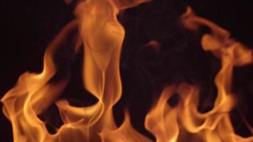 close-up van vuur brandend op zwarte achtergrond in slow motion video