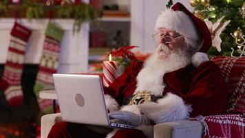 jultomten med bärbar dator i vardagsrummet video