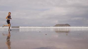 mujeres corriendo en la playa, cámara lenta. video