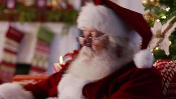 jultomten läser brev från barn, närbild video