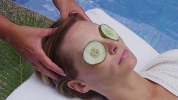 la donna alla spa riceve un massaggio alla testa. video