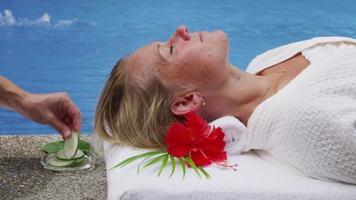 cetrioli messi sugli occhi della donna alla spa. video