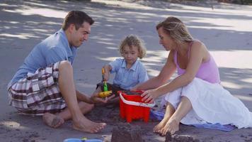 familj som gör sandslott tillsammans, costa rica. video