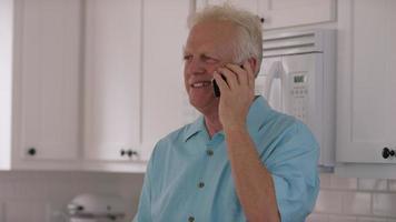 uomo anziano in cucina al cellulare video