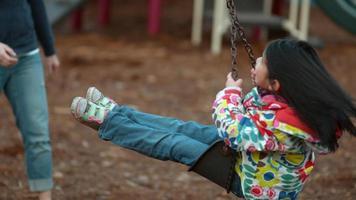 garota girando no balanço em câmera lenta video