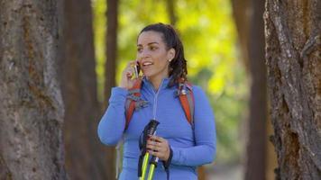 donna all'aperto durante un'escursione parla al telefono video