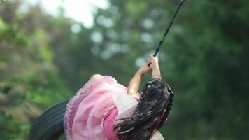 garota fantasiada de princesa fada no balanço do pneu, baleada no phantom flex 4k video