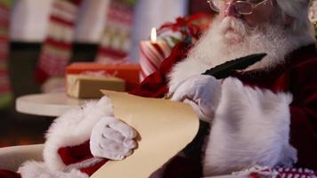 porträtt av jultomten som skriver på listan video