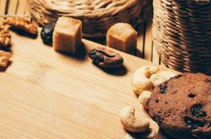 Galletas de chocolate crujientes redondas con especias y nueces sobre una mesa foto