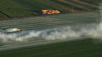 Video aéreo del tractor aplicando cal a un campo de hierba en oregon