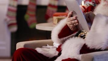 jultomten med digital surfplatta video