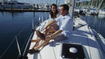 ungt par på segelbåt tillsammans. video