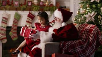 jultomten ger present till ung flicka video