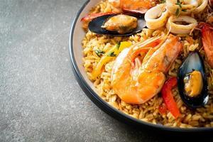 paella de marisco con gambas, almejas, mejillones sobre arroz con azafrán foto