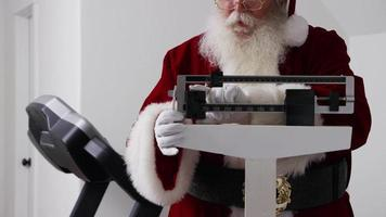 jultomten glada över att se vikten på skalan video