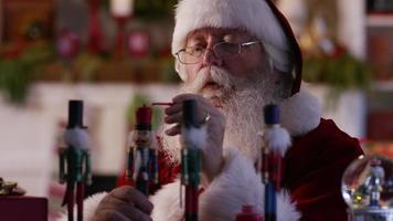 jultomten målar leksaker i verkstaden video