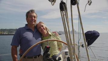 seniorpar bakom ratten på en segelbåt video