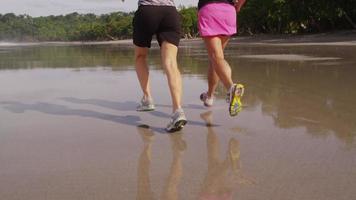tiro de cámara lenta de mujeres corriendo en la playa. video