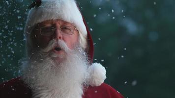 jultomten med snö som faller i slowmotion video