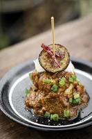 tartas veganas de quinua con berenjena asada siciliana y salsa picante de pimiento rojo tapas gourmet aperitivo snack foto