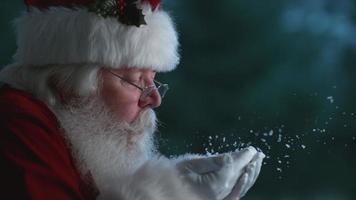 le père noël souffle de la neige des mains au ralenti, flex fantôme 4k video