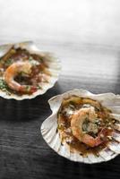 Mariscos portugueses tapas de gambas a la parrilla en salsa piri piri de tomate picante en el restaurante de Lisboa foto