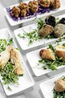 Selección de tapas tradicionales portuguesas bocadillos en la mesa del restaurante de Lisboa foto