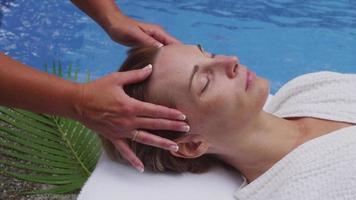 la donna alla spa riceve un massaggio facciale video