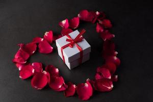caja de regalo con rosa roja. foto