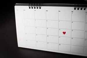 corazón rojo el 14 de febrero en el calendario, concepto de día de san valentín. foto