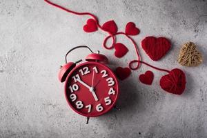 Despertador rojo con corazón rojo, concepto de día de San Valentín. foto