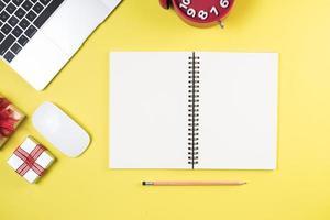 Escritorio de mesa de oficina con vista superior y endecha plana. fondo del espacio de trabajo. foto