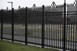 valla de hierro de aluminio pintado marrón foto