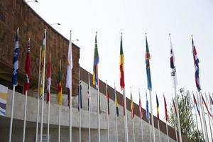 banderas contra el cielo azul foto