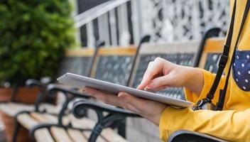 mujer joven, utilizar, tableta digital, en el jardín foto
