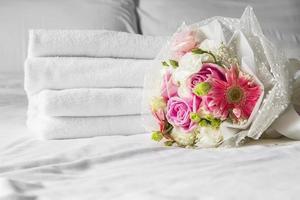 ramo en la cama en el dormitorio foto